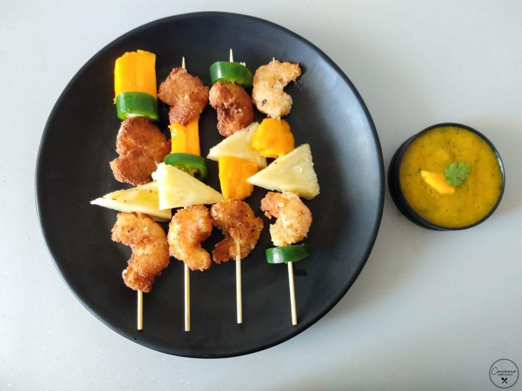 brochetas de camarón al coco y mango