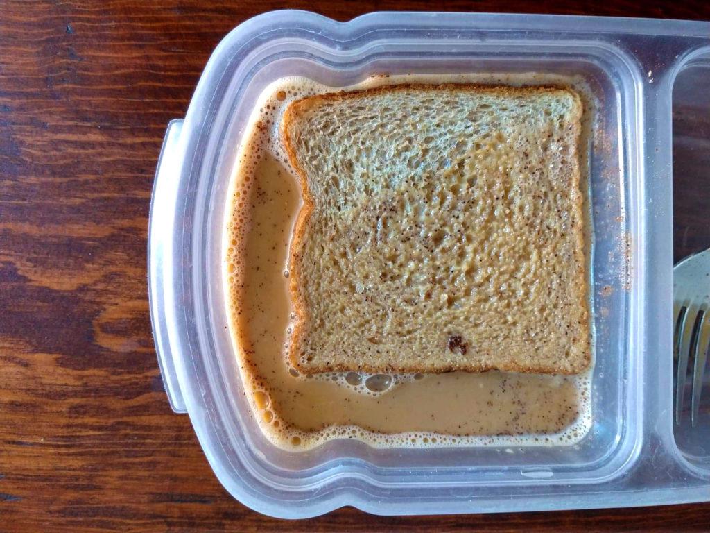 pan remojandose en la mezcla